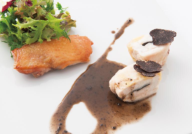 """⑥""""フランス美食の象徴""""プレードブレス(若鶏) 胸肉のア・ラ・ヴァプールと黒トリュフのア・ラ・クレーム 腿肉のポワレ 黒トリュフのサラダを添えて"""